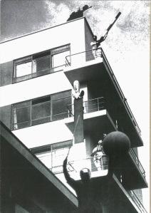 Bauhaus_luxfieningerphoto_schlemmeronbalconies_1929