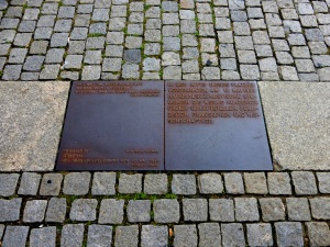 berlin_bebelplatz_bookburnmemorial_plaque_sept2015