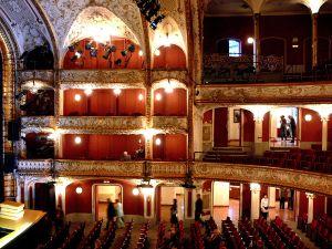 1200px-Wien_Volkstheater_Zuschauerraum_1