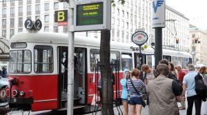 Wartungsarbeiten,Wartungsarbeiten elektronische Anzeige HaltestelleStraßenbahn,Straßenbahnhaltestelle,Haltestelle,elektonische Anzeige, Wiener Linien