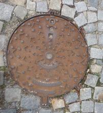 manhole_ceskykrumlov_chevrons
